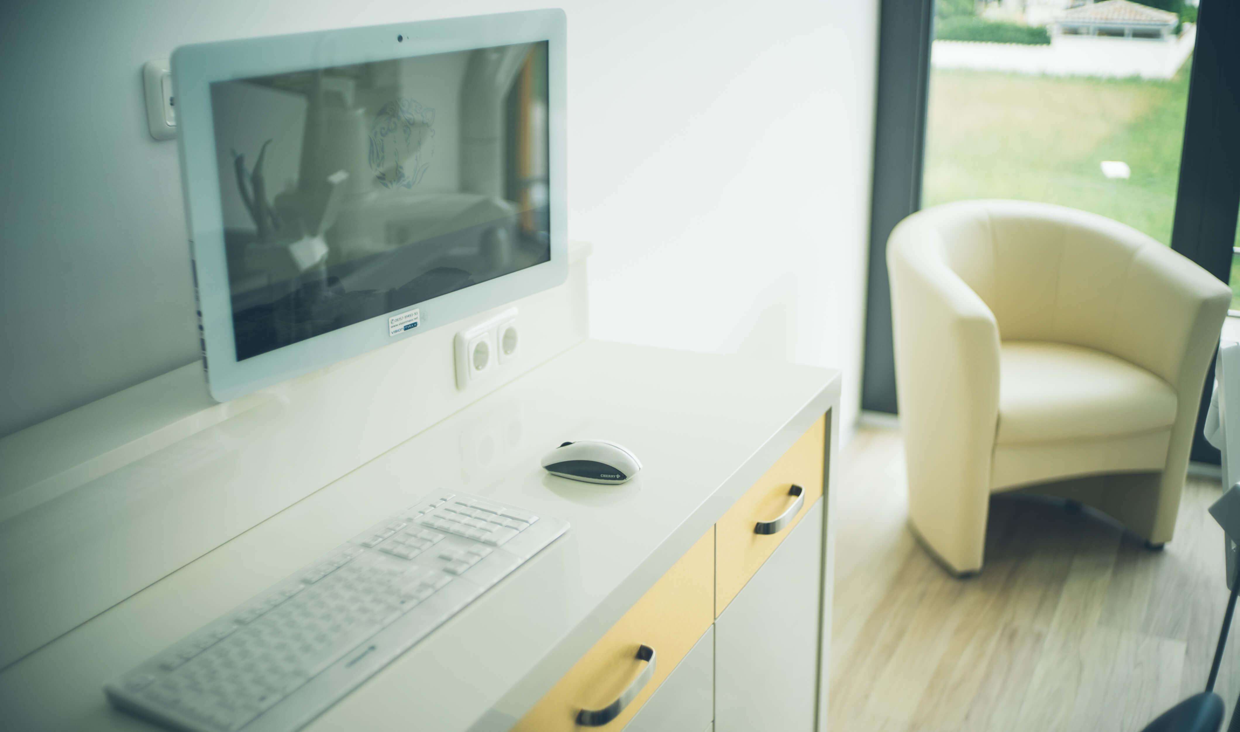 Jeder unser Behandlungsräume ist mit moderner digitaler Technik ausgestattet.