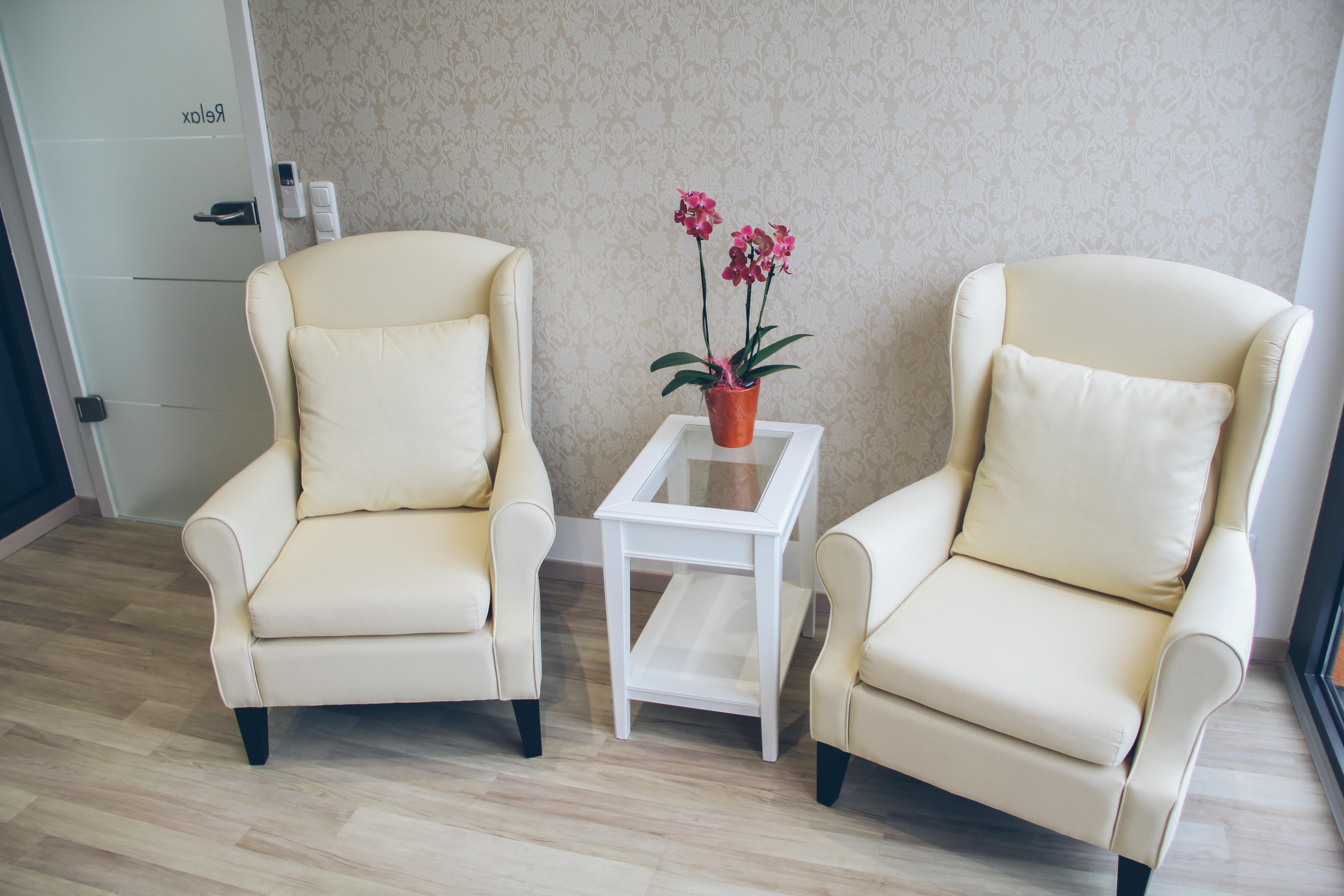 Entspannen Sie in unseren gemütlichen Sesseln im Wartebereich.